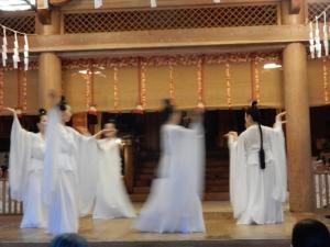 戸隠神社中社における奉納舞(浅野瑞穂舞踊教室研究生)