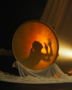 月のような太鼓とそれに映る人影